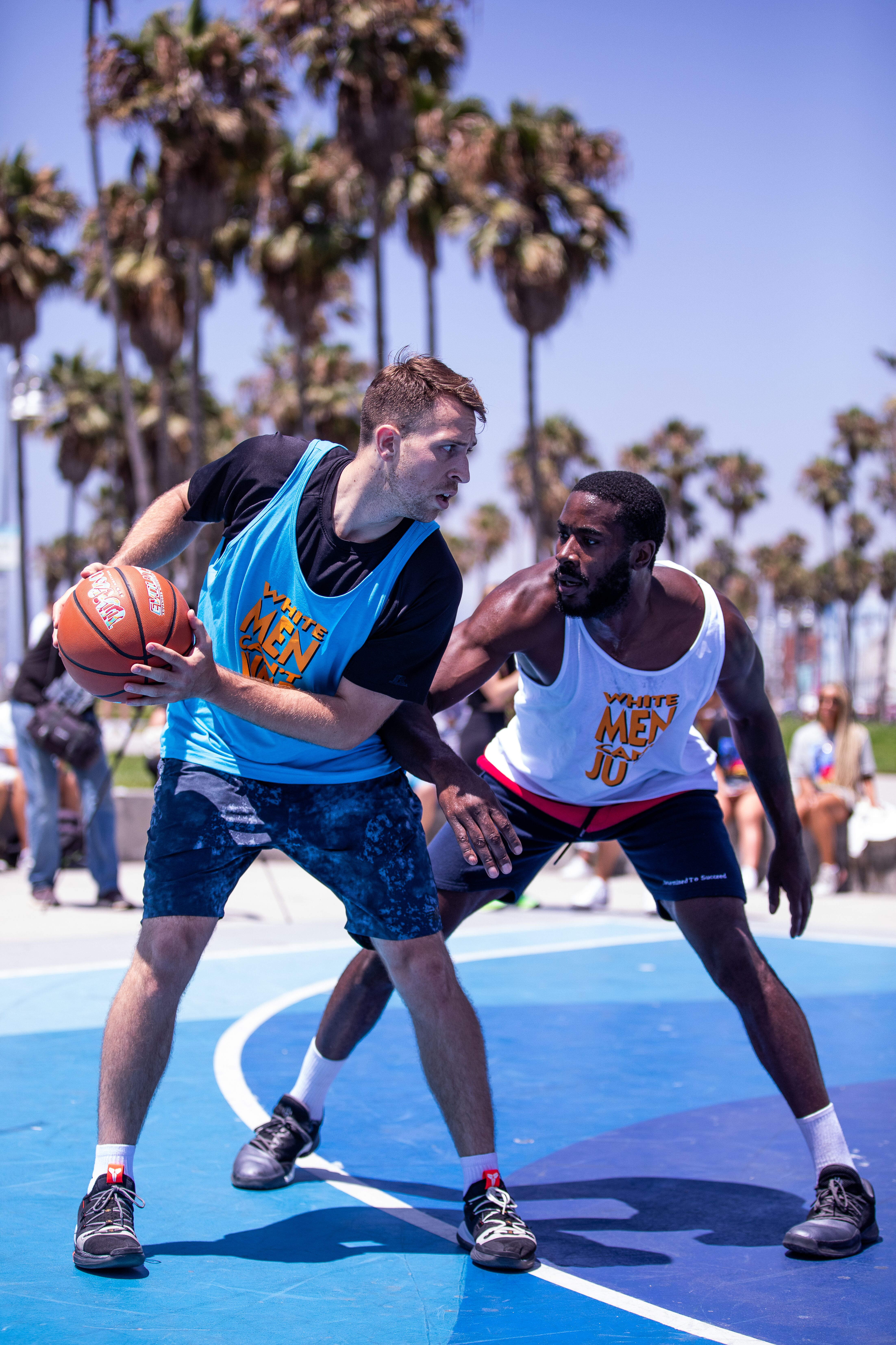 2 basketball players in a 1v1 matchup